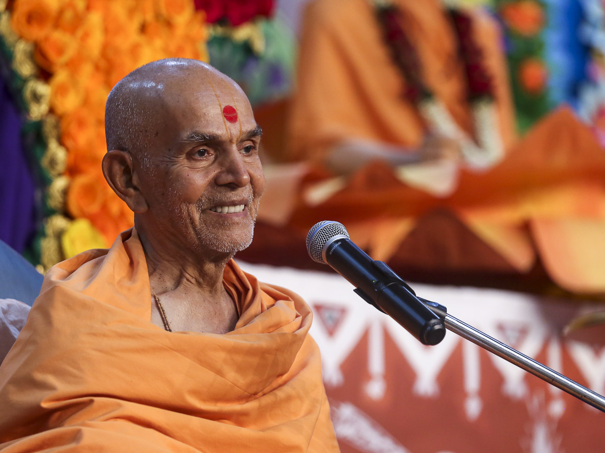 Param Pujya Mahant Swami Maharaj blesses the evening satsang assembly, 17 Dec 2016