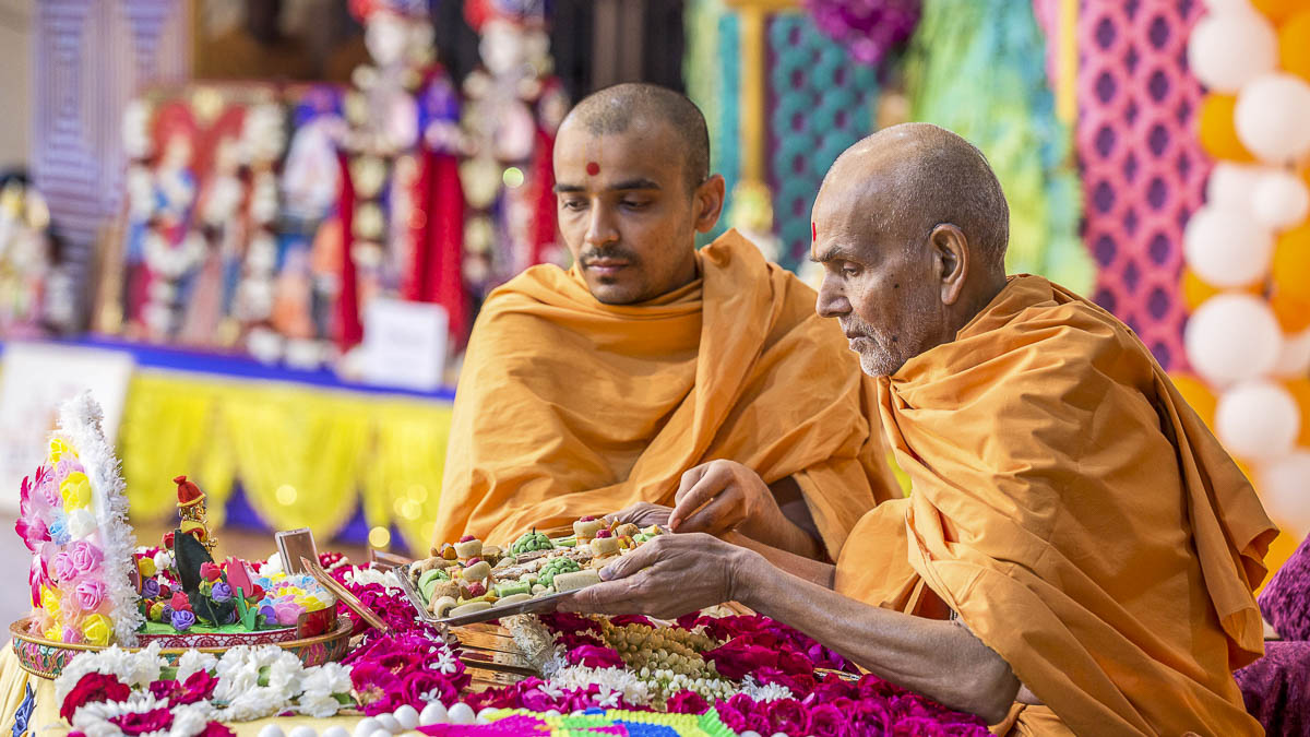 Param Pujya Mahant Swami Maharaj performs his morning puja, 19 Dec 2016