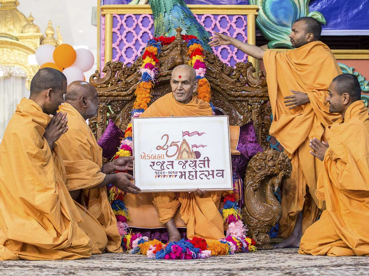Sadhus honor Param Pujya Mahant Swami Maharaj with a garland, 19 Dec 2016
