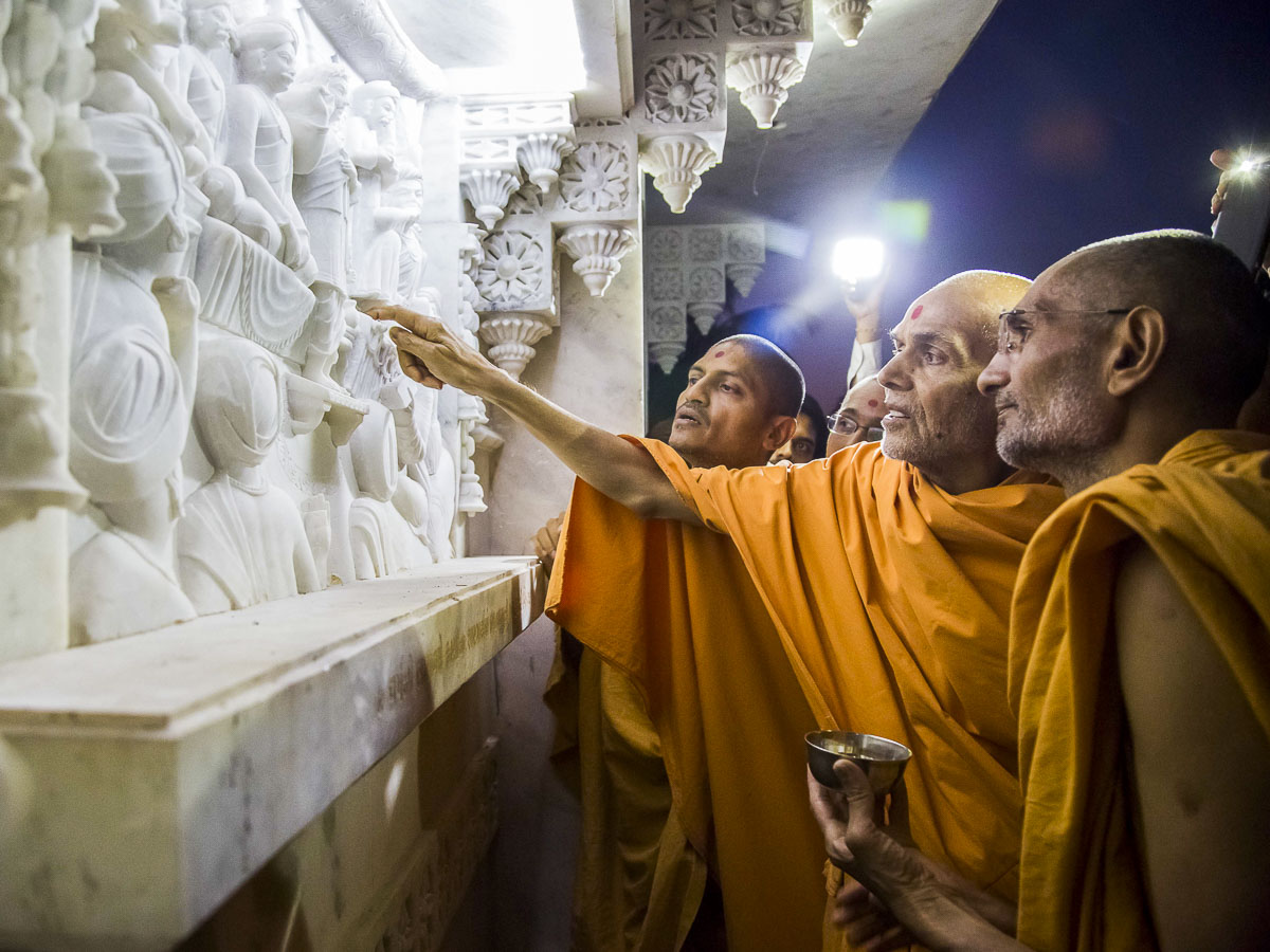 Param Pujya Mahant Swami Maharaj observes construction of the new mandir, 20 Dec 2016