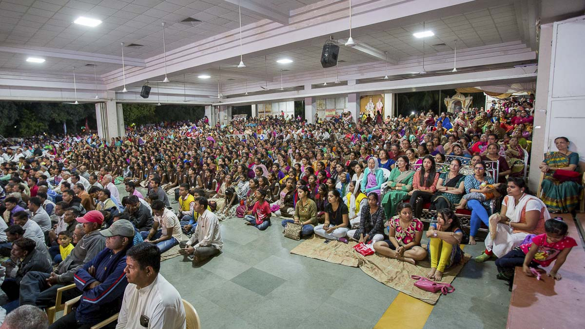 Devotees during the evening satsang assembly, 20 Dec 2016
