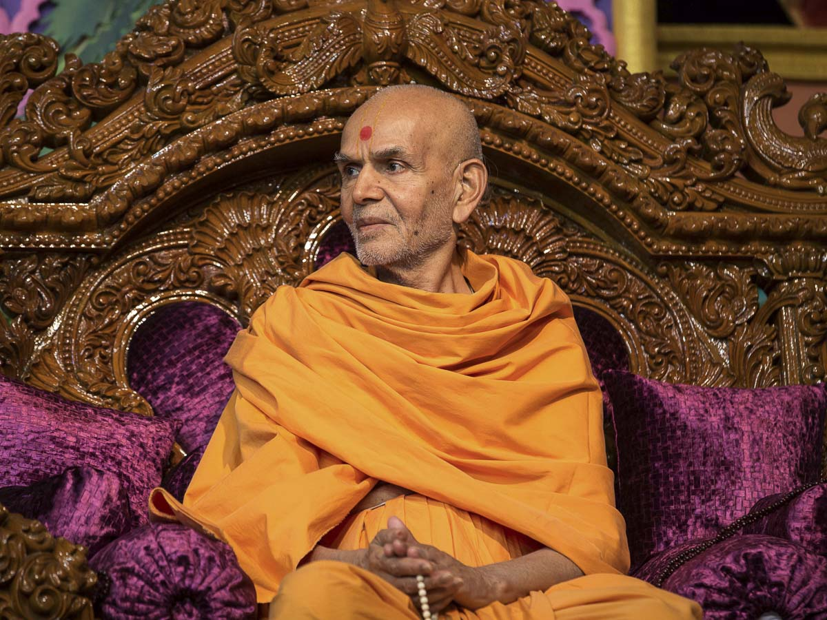 Param Pujya Mahant Swami Maharaj during the evening satsang assembly, 20 Dec 2016