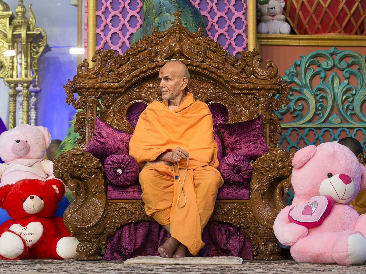 Param Pujya Mahant Swami Maharaj during the evening satsang assembly, 21 Dec 2016