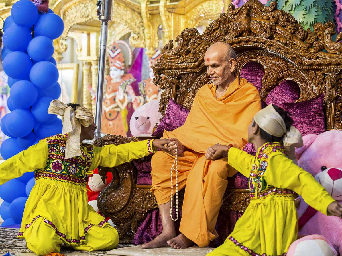 Param Pujya Mahant Swami Maharaj interacts with children, 21 Dec 2016
