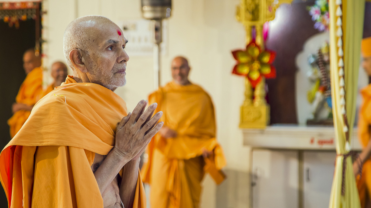 Param Pujya Mahant Swami Maharaj engrossed in darshan of Thakorji, 22 Dec 2016