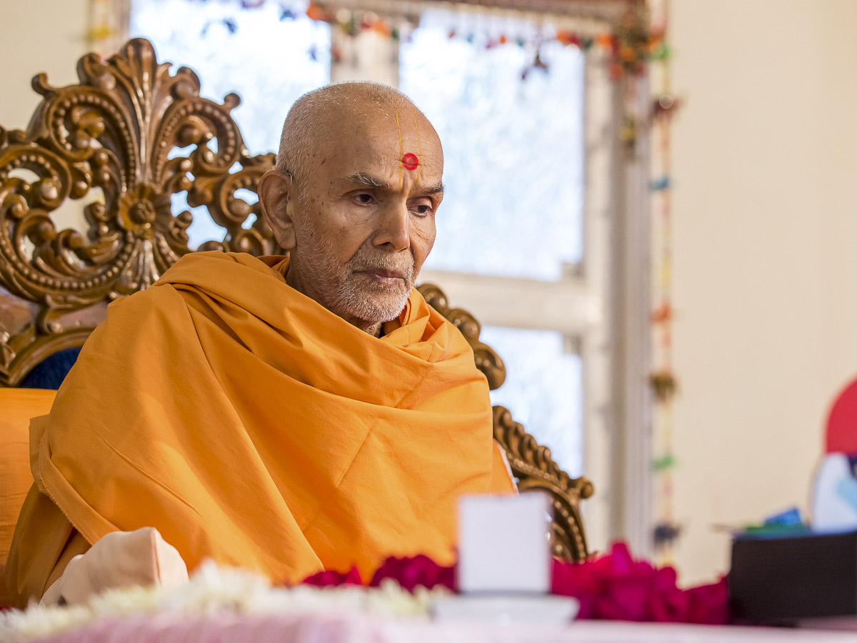 Param Pujya Mahant Swami Maharaj performs his morning puja, 23 Dec 2016