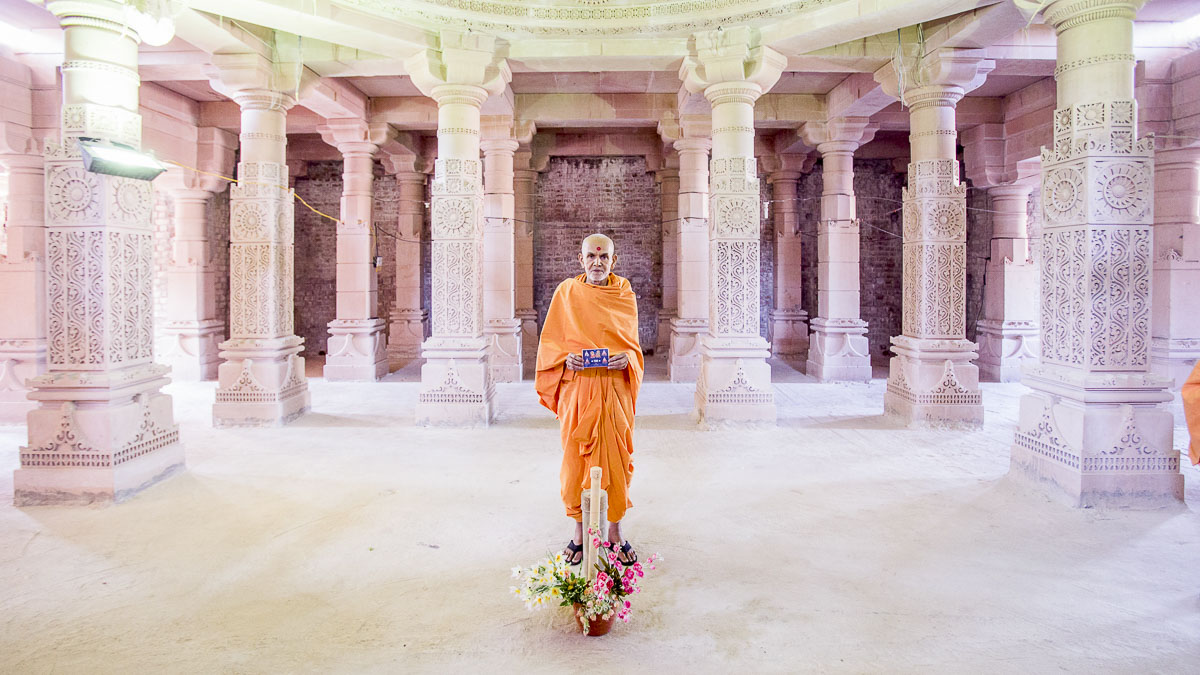 Param Pujya Mahant Swami Maharaj under the main dome of the new mandir, 23 Dec 2016