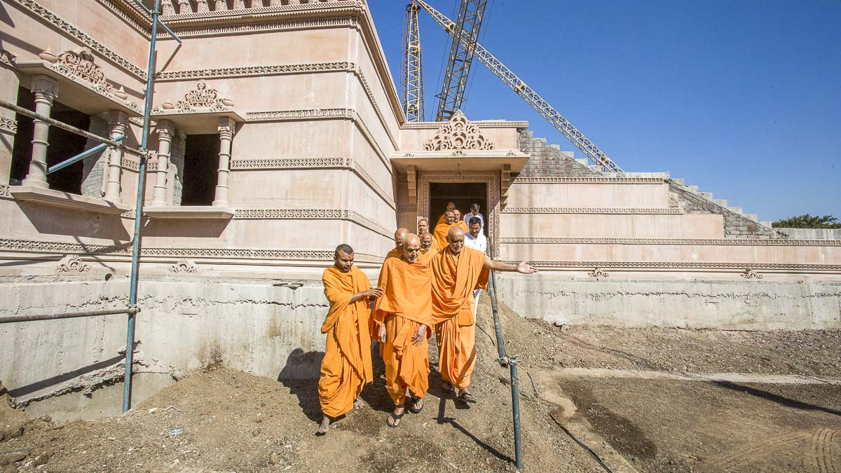 Param Pujya Mahant Swami Maharaj observes construction of the new mandir, 23 Dec 2016