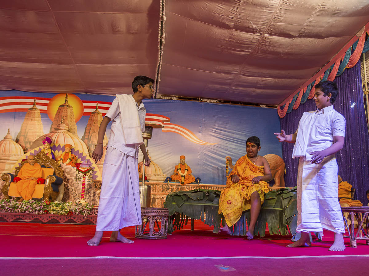 A skit presentation by children in the evening satsang assembly, 23 Dec 2016