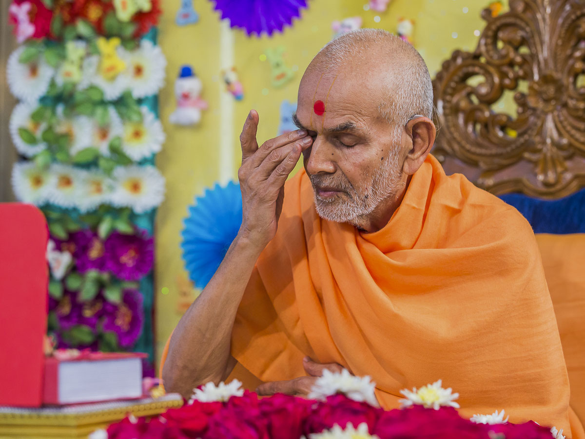 Param Pujya Mahant Swami Maharaj performs his morning puja, 24 Dec 2016