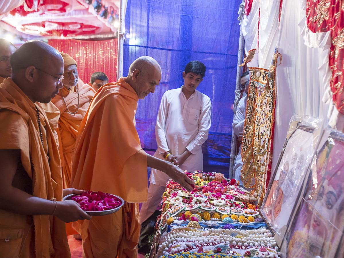 Param Pujya Mahant Swami Maharaj sanctifies murtis and malas, 24 Dec 2016