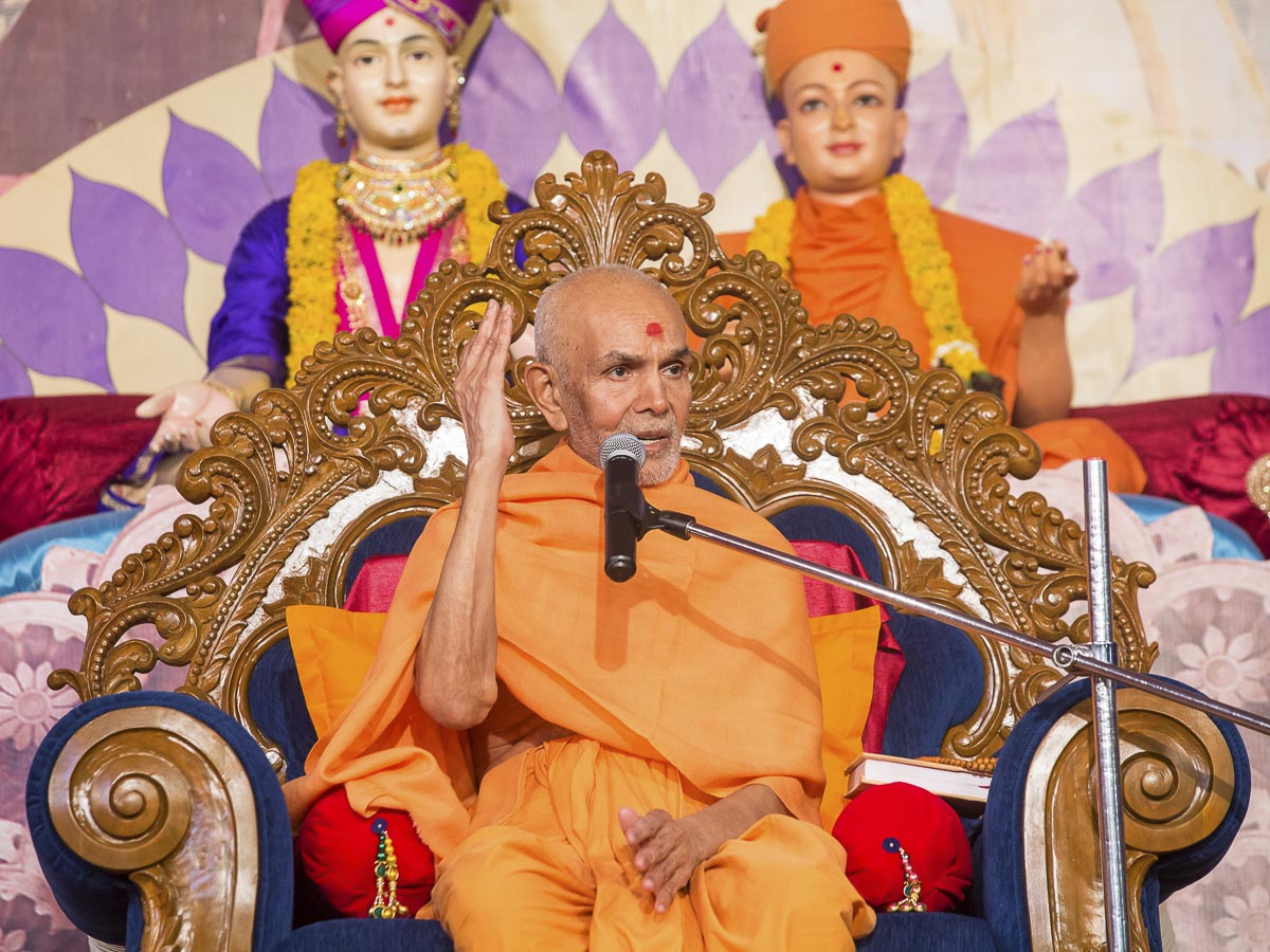 Param Pujya Mahant Swami Maharaj blesses the evening satsang assembly, 24 Dec 2016