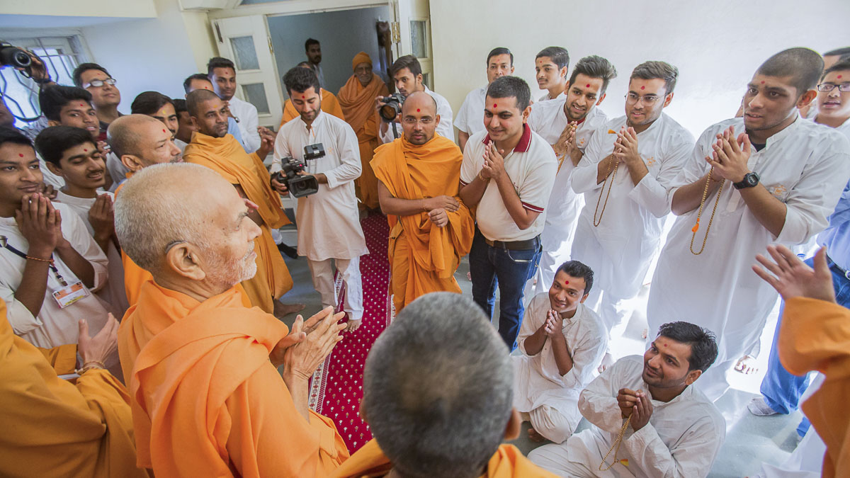 Youths doing darshan of Param Pujya Mahant Swami Maharaj, 24 Dec 2016