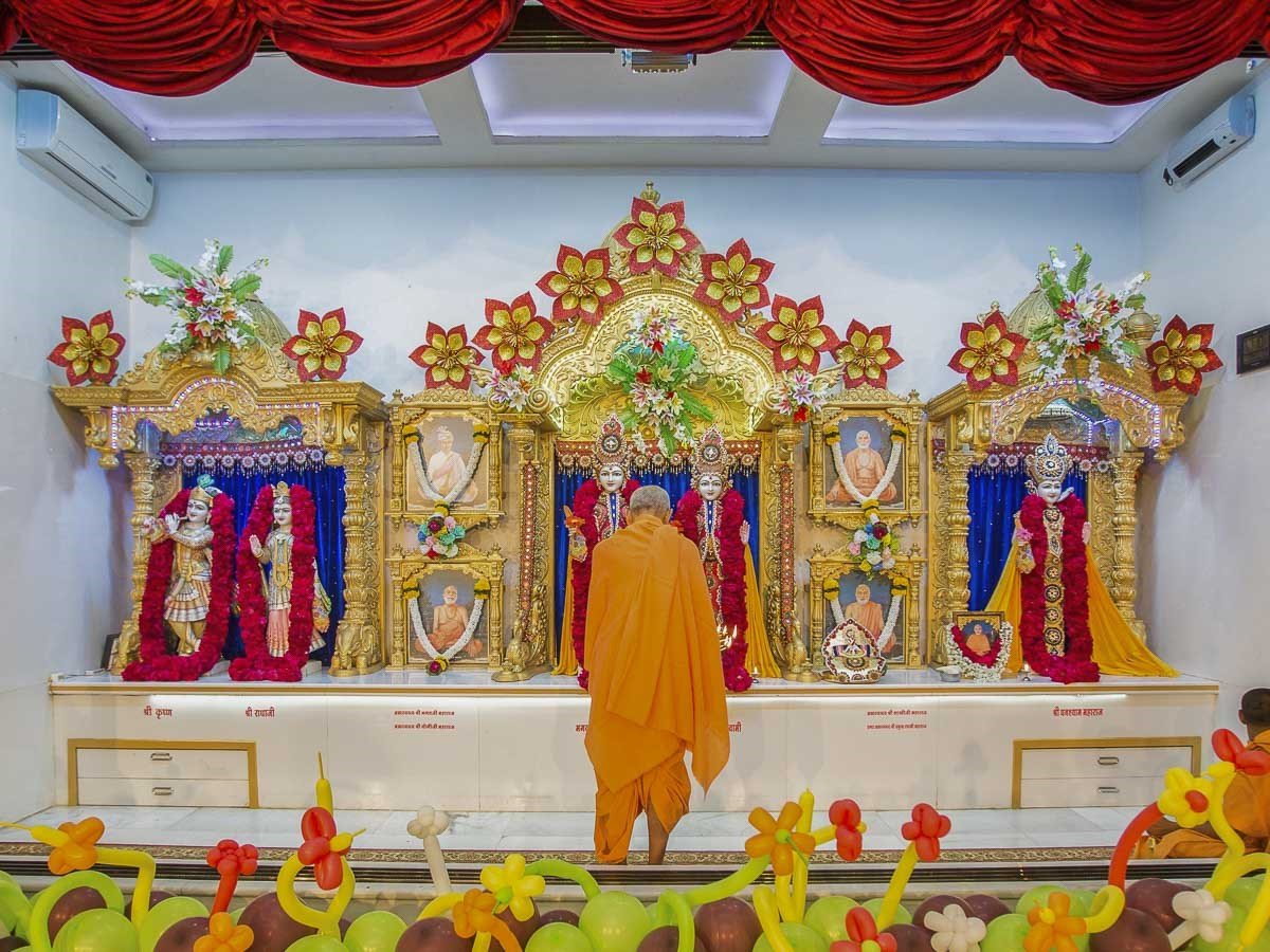 Param Pujya Mahant Swami Maharaj performs morning arti, 25 Dec 2016