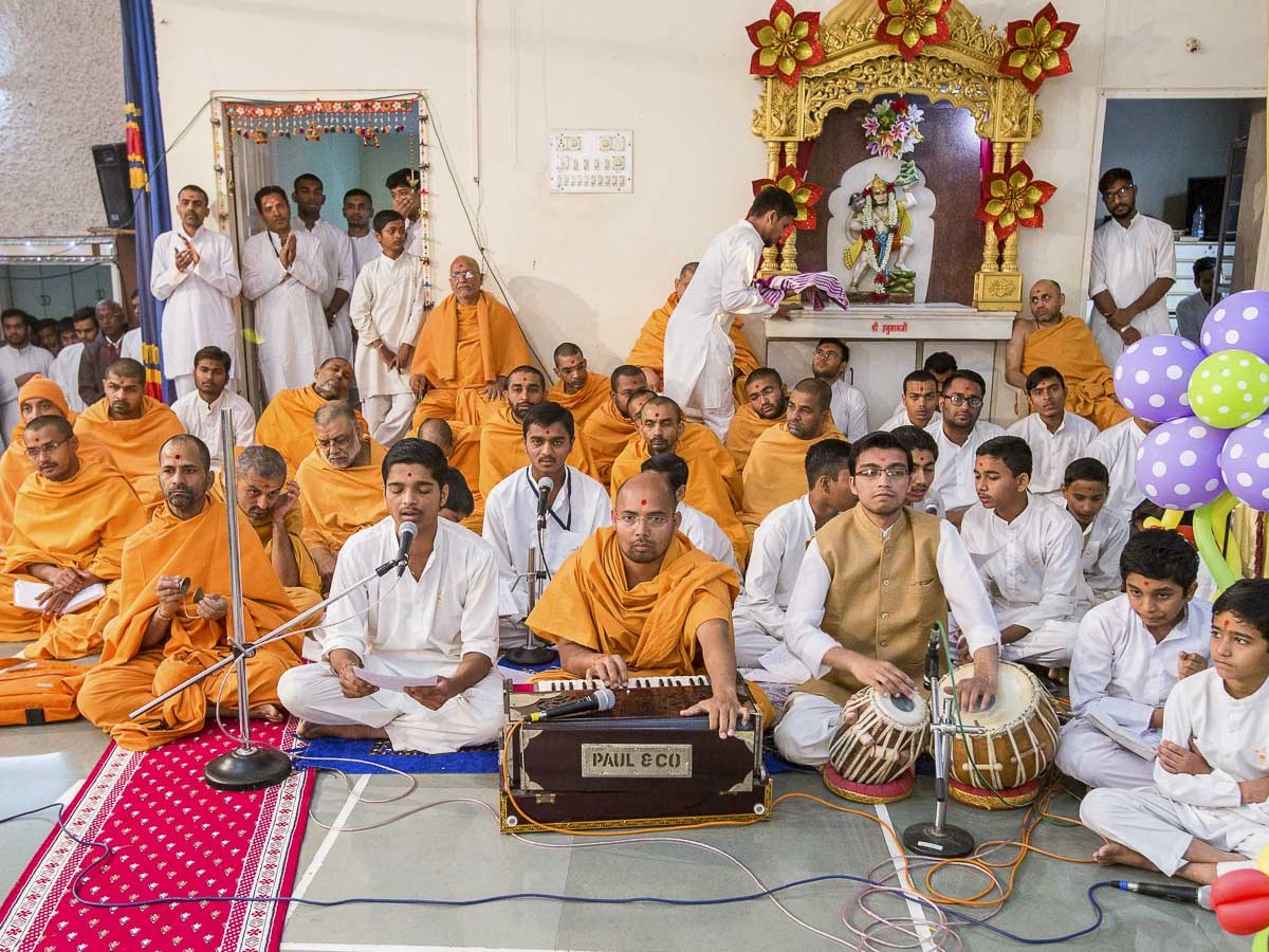 Youths sing kirtans in Param Pujya Mahant Swami Maharaj's puja, 25 Dec 2016