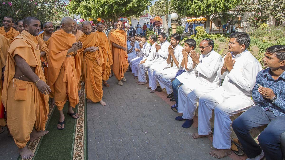 Devotees doing darshan of Param Pujya Mahant Swami Maharaj, 25 Dec 2016