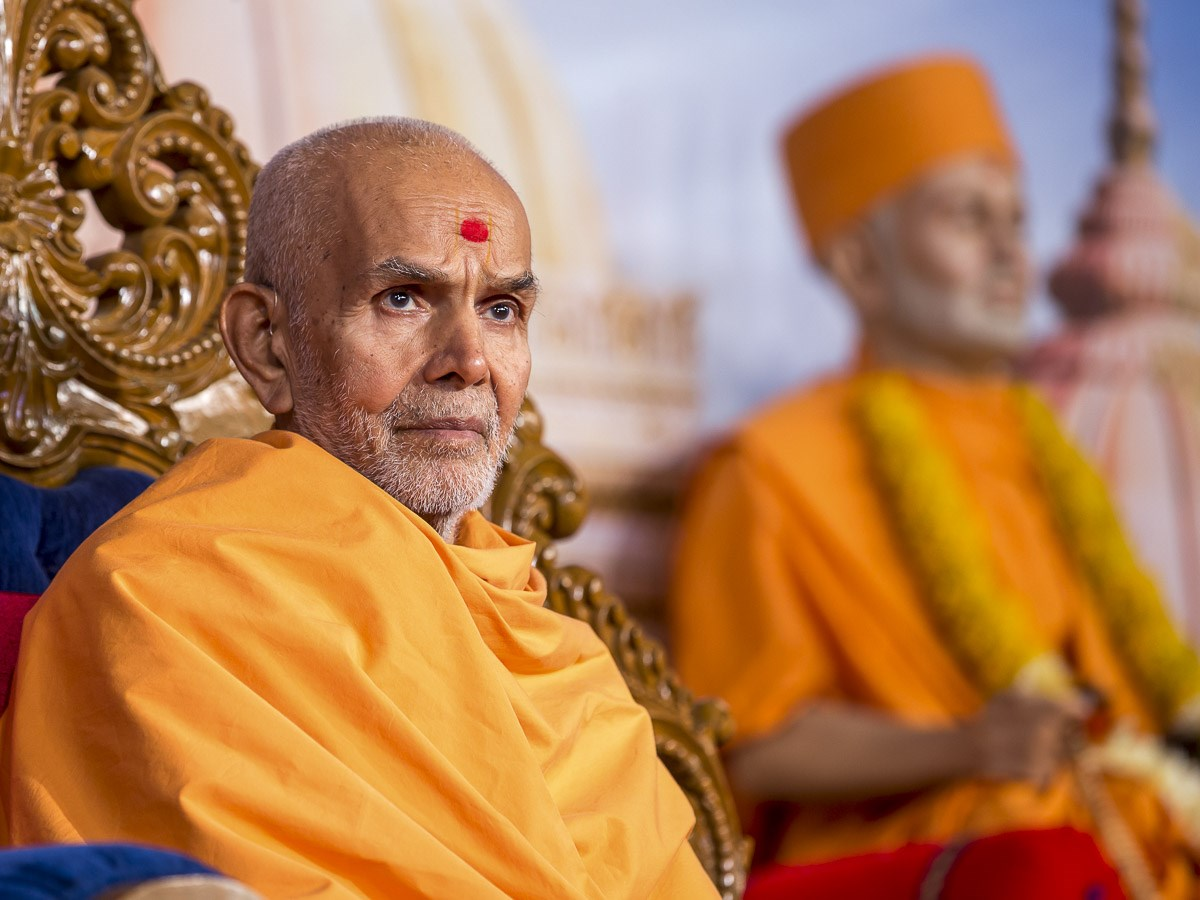 Param Pujya Mahant Swami Maharaj during the evening satsang assembly, 25 Dec 2016