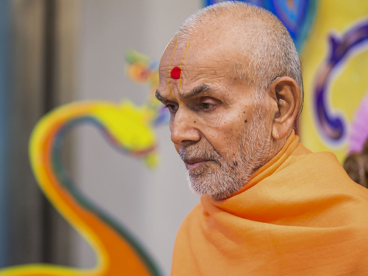 Param Pujya Mahant Swami Maharaj performs his morning puja, 26 Dec 2016