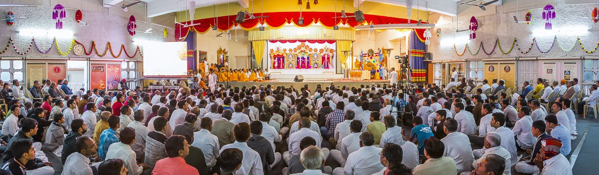 Devotees doing Param Pujya Mahant Swami's puja darshan, 26 Dec 2016