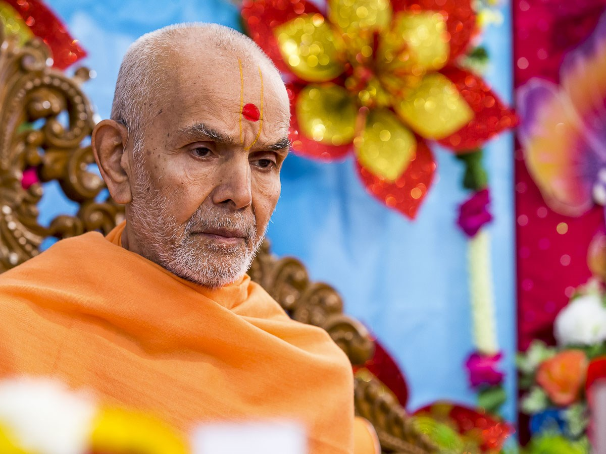 Param Pujya Mahant Swami Maharaj performs his morning puja, 27 Dec 2016