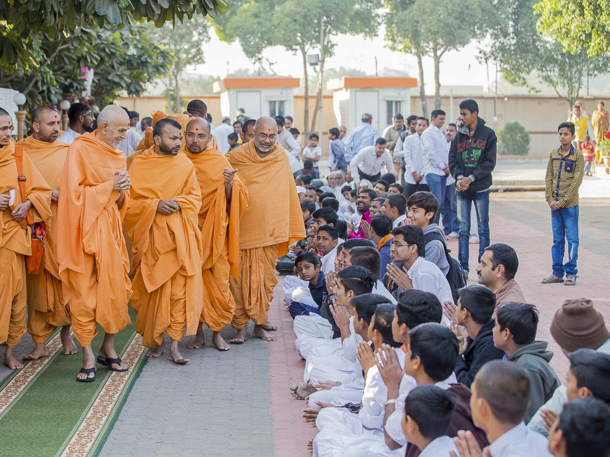 Youths doing darshan of Param Pujya Mahant Swami Maharaj, 27 Dec 2016