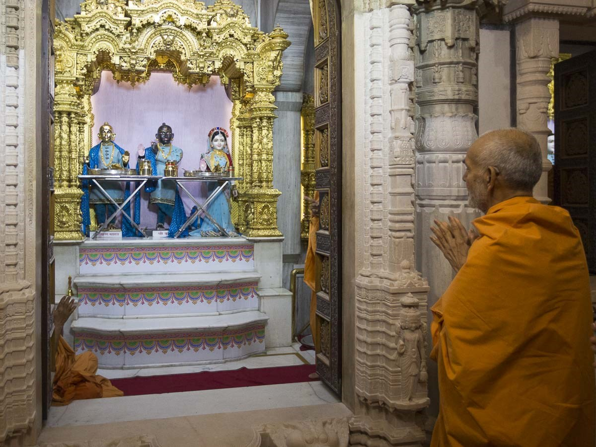 Param Pujya Mahant Swami Maharaj engrossed in darshan of Shri Harikrishna Maharaj and  Shri Radha-Krishna Dev, 2 Jan 2017