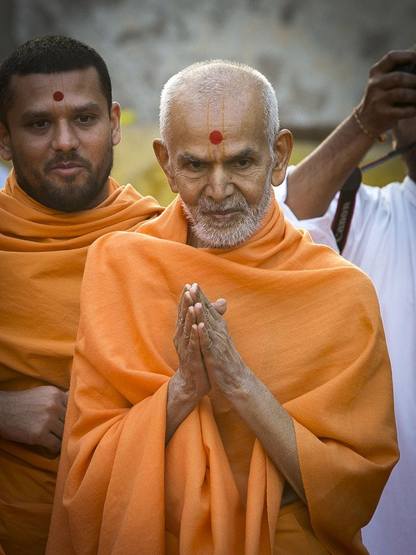 Param Pujya Mahant Swami Maharaj greets youths with 'Jai Swaminarayan', 4 Jan 2017
