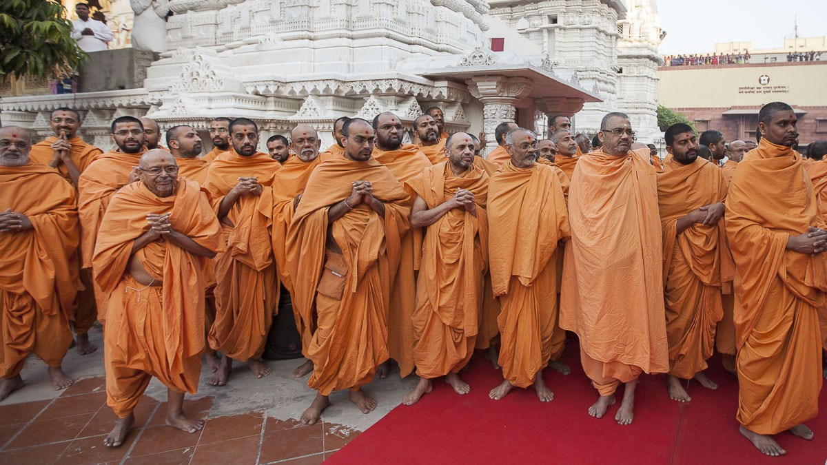Pujya Tyagvallabh Swami and sadhus doing darshan of Param Pujya Mahant Swami Maharaj, 4 Jan 2017