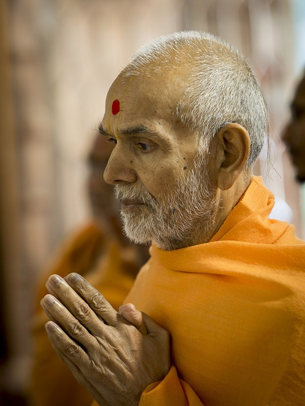 Param Pujya Mahant Swami Maharaj engrossed in darshan of Thakorji, 4 Jan 2017