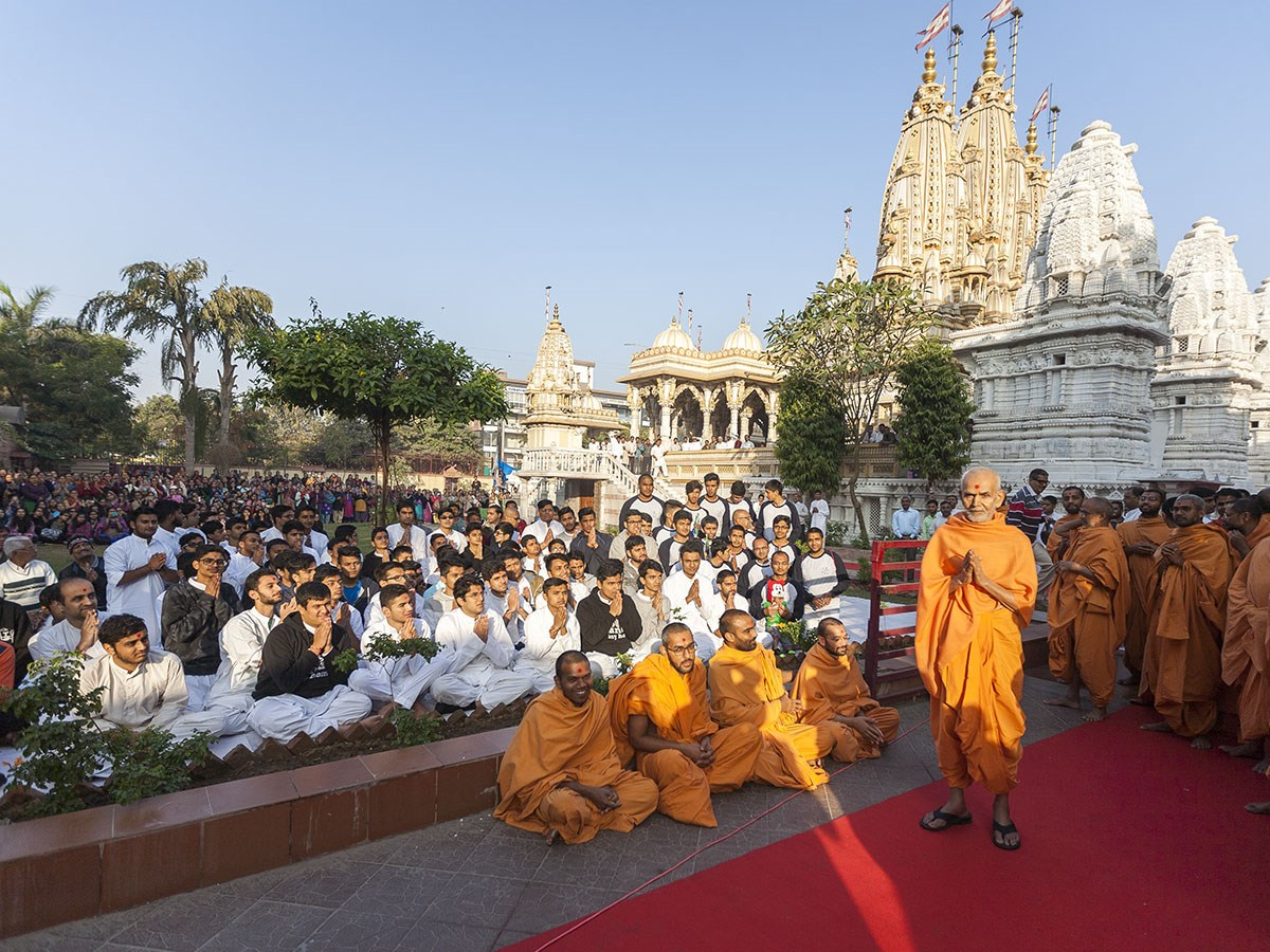 Param Pujya Mahant Swami Maharaj with youths, 4 Jan 2017