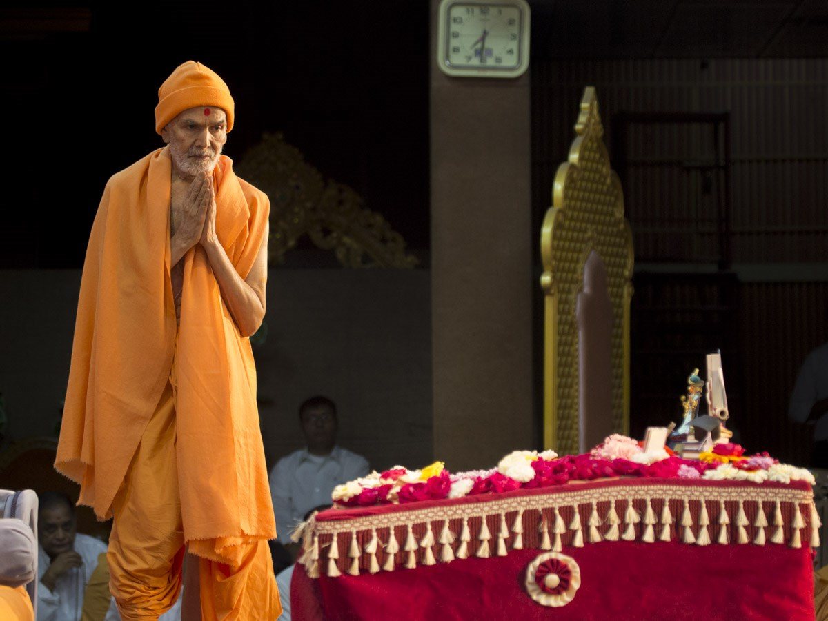 Param Pujya Mahant Swami Maharaj performs his morning puja, 8 Jan 2017