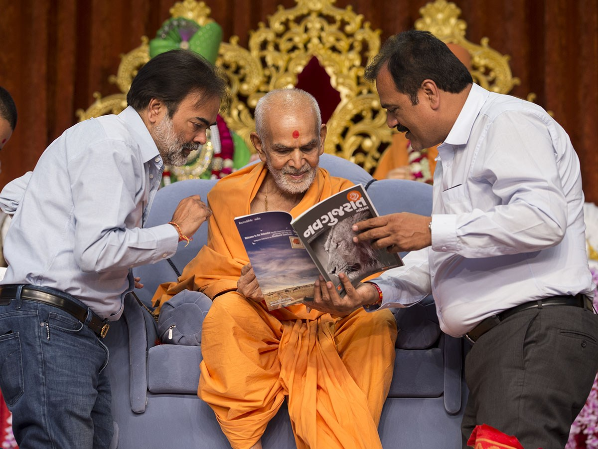 Param Pujya Mahant Swami Maharaj inaugurates the print edition of 'Navgujarat Global', 8 Jan 2017
