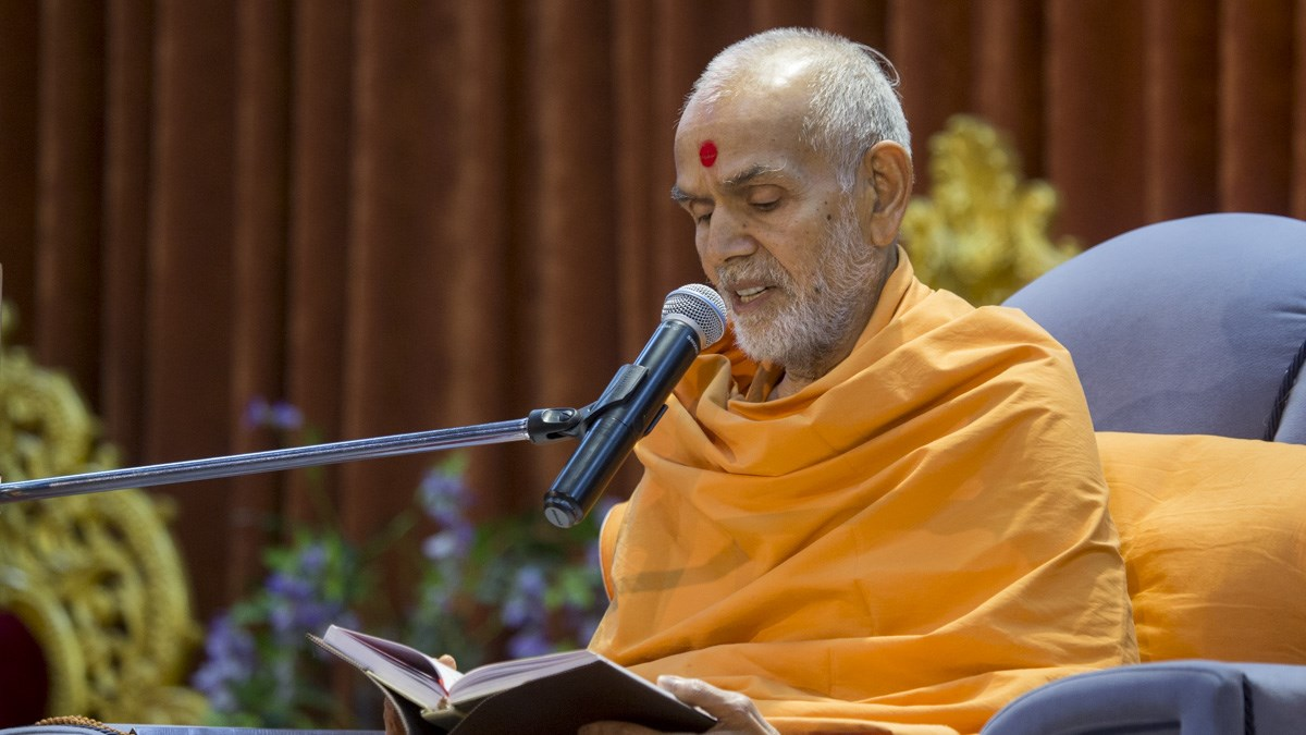 Param Pujya Mahant Swami Maharaj blesses the evening satsang assembly, 9 Jan 2017