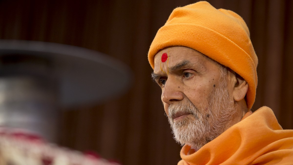 Param Pujya Mahant Swami Maharaj performs his morning puja, 10 Jan 2017