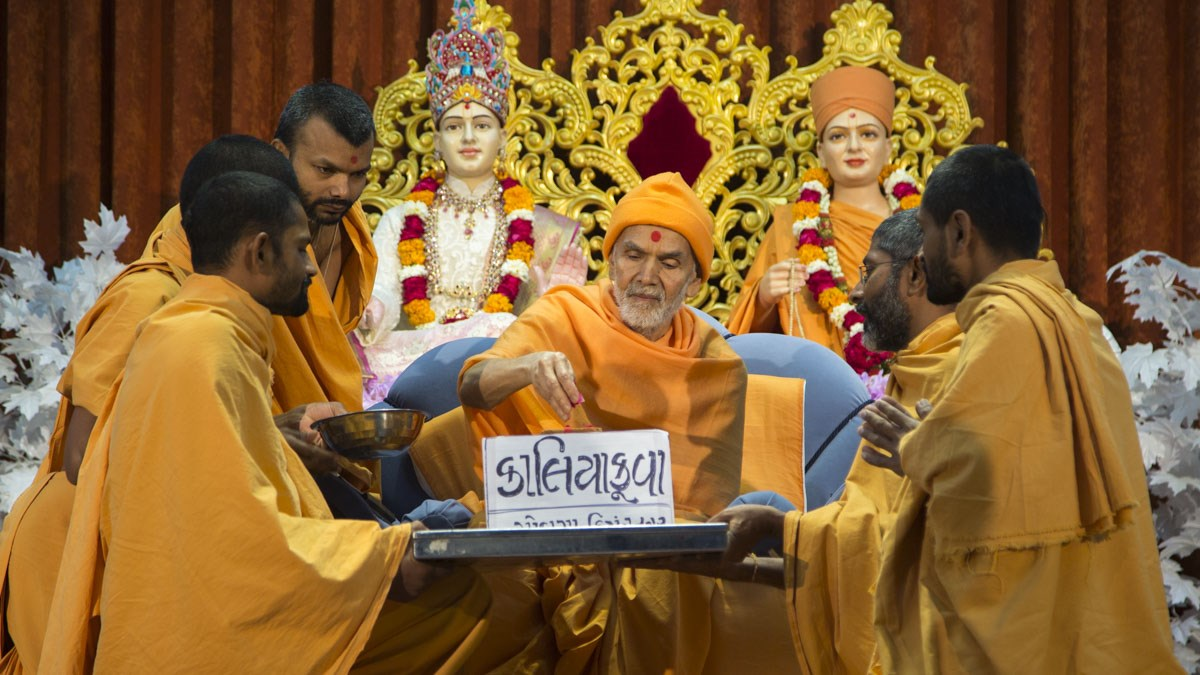 Param Pujya Mahant Swami Maharaj sanctifies bricks for new BAPS Shri Swaminarayan Mandir, Kaliakuva, 10 Jan 2017