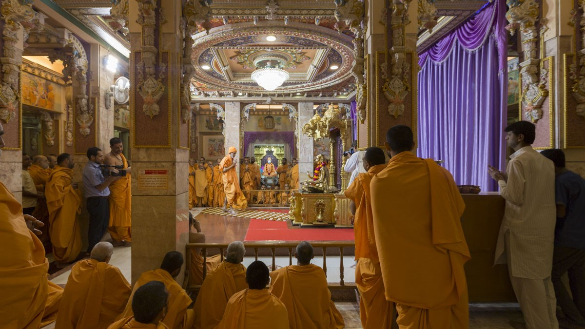 Param Pujya Mahant Swami Maharaj engrossed in darshan of Thakorji, 10 Jan 2017