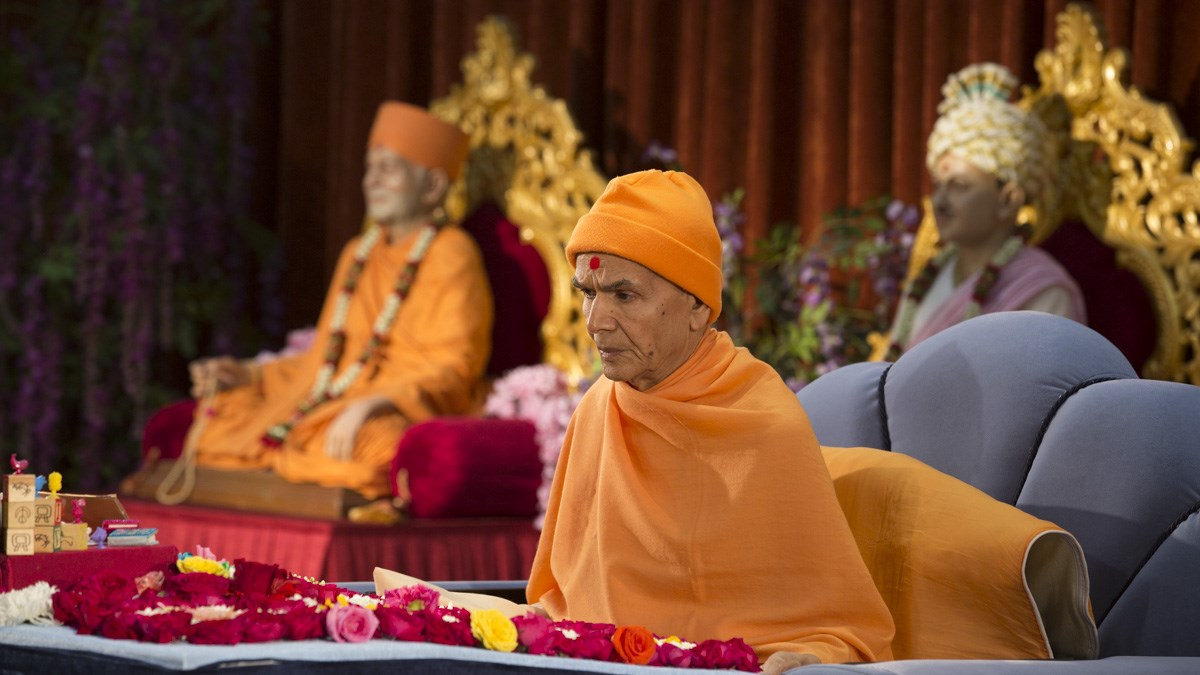 Param Pujya Mahant Swami Maharaj performs his morning puja, 11 Jan 2017