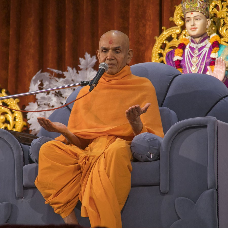 Param Pujya Mahant Swami Maharaj blesses the evening satsang assembly, 11 Jan 2017