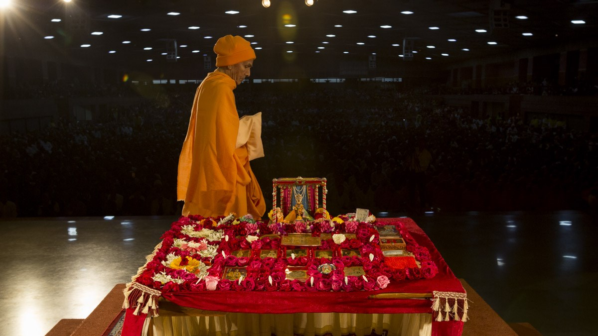 Param Pujya Mahant Swami Maharaj performs his morning puja, 12 Jan 2017