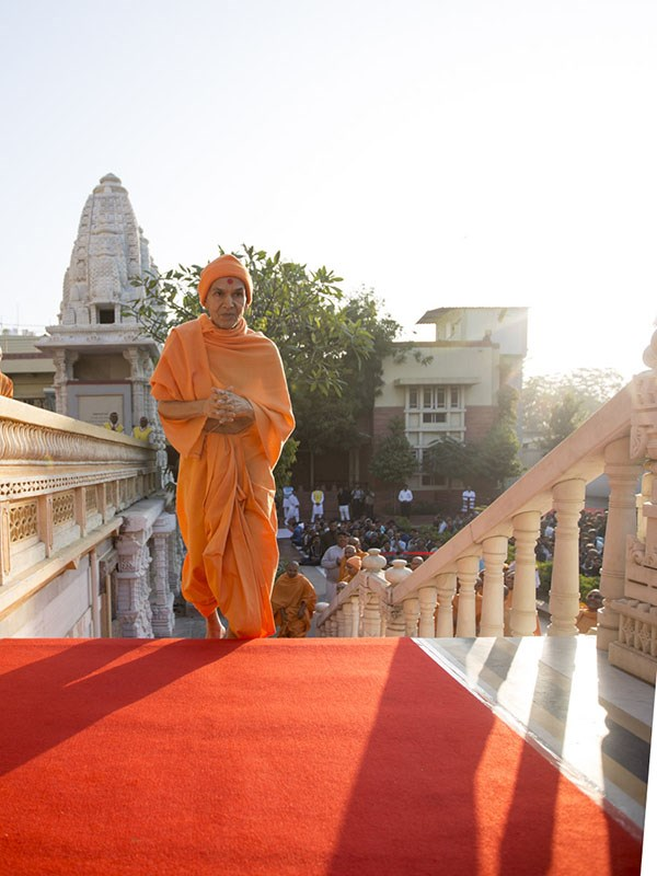 Param Pujya Mahant Swami Maharaj arrives for Thakorji's darshan, 12 Jan 2017