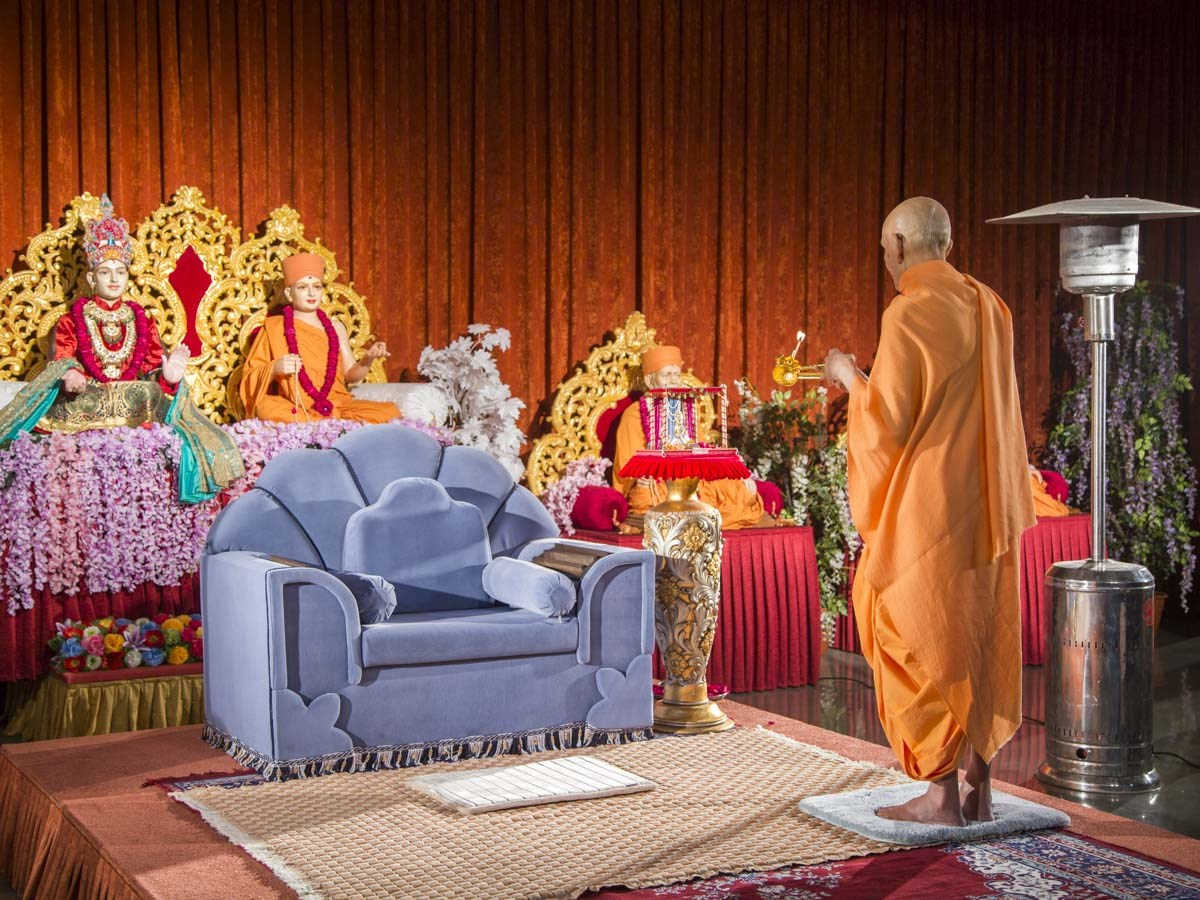 Param Pujya Mahant Swami Maharaj performs evening arti in the evening satsang assembly commemorating Poshi Purnima (Gunatit Diksha Din), 12 Jan 2017