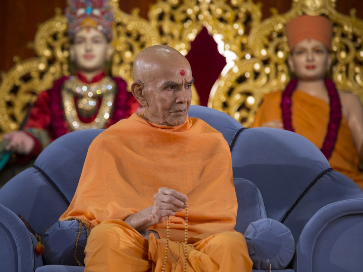 Param Pujya Mahant Swami Maharaj during the assembly, 12 Jan 2017