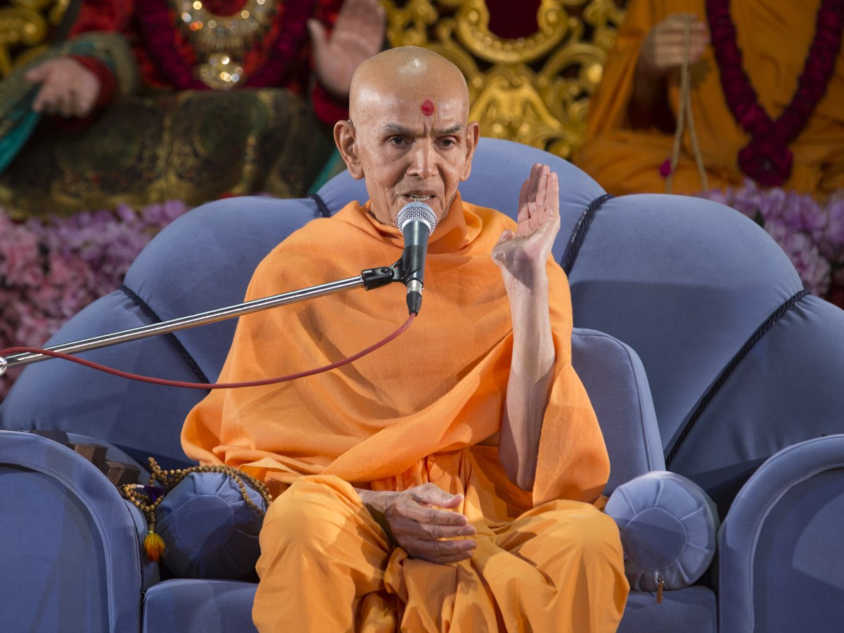 Param Pujya Mahant Swami Maharaj blesses the evening satsang assembly, 12 Jan 2017