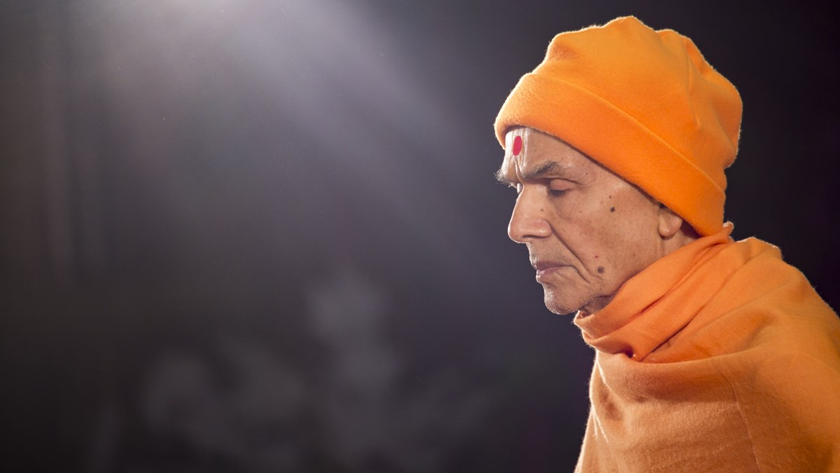 Param Pujya Mahant Swami Maharaj performs his morning puja, 13 Jan 2017