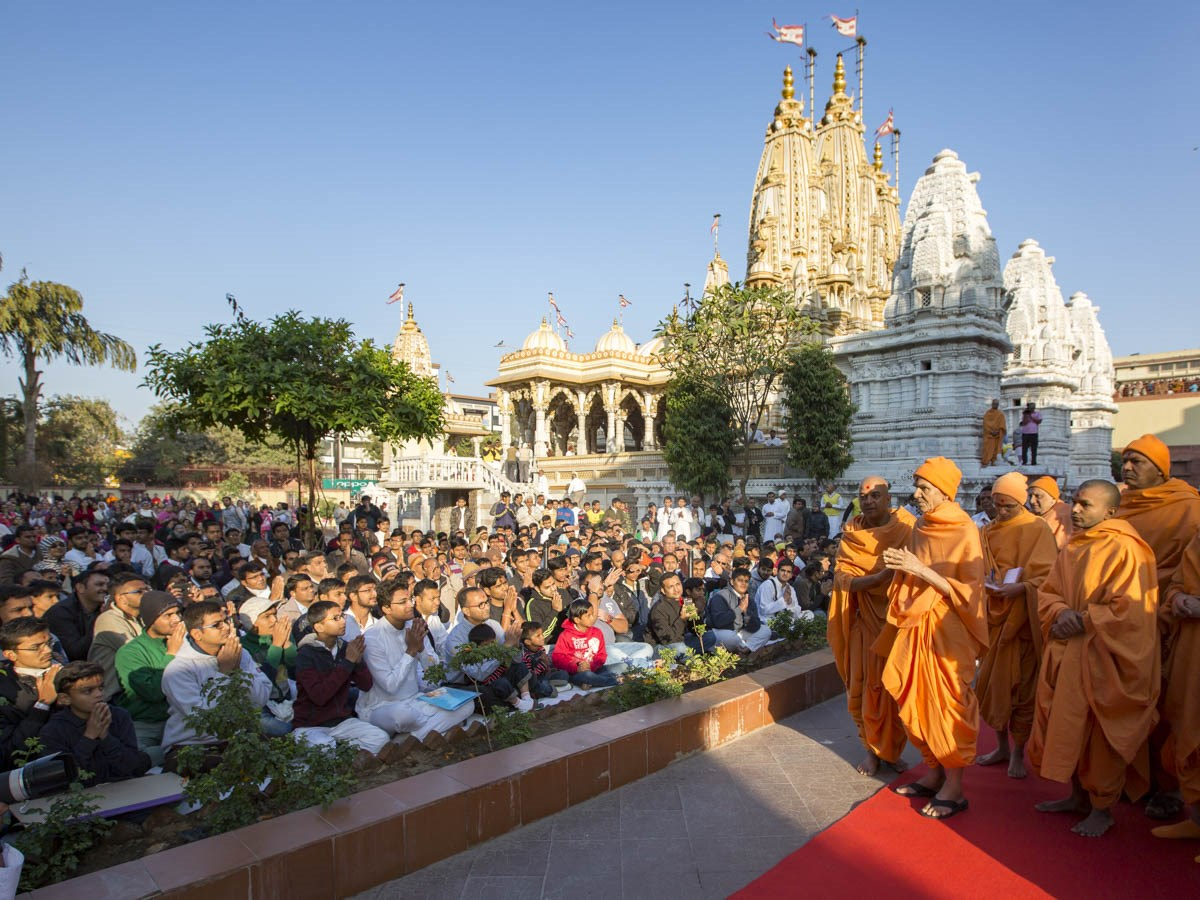 Devotees doing darshan of Param Pujya Mahant Swami Maharaj, 13 Jan 2017
