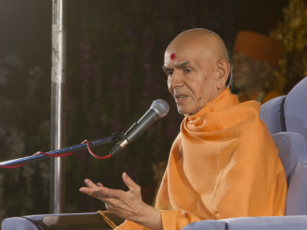 Param Pujya Mahant Swami Maharaj blesses the evening satsang assembly, 13 Jan 2017