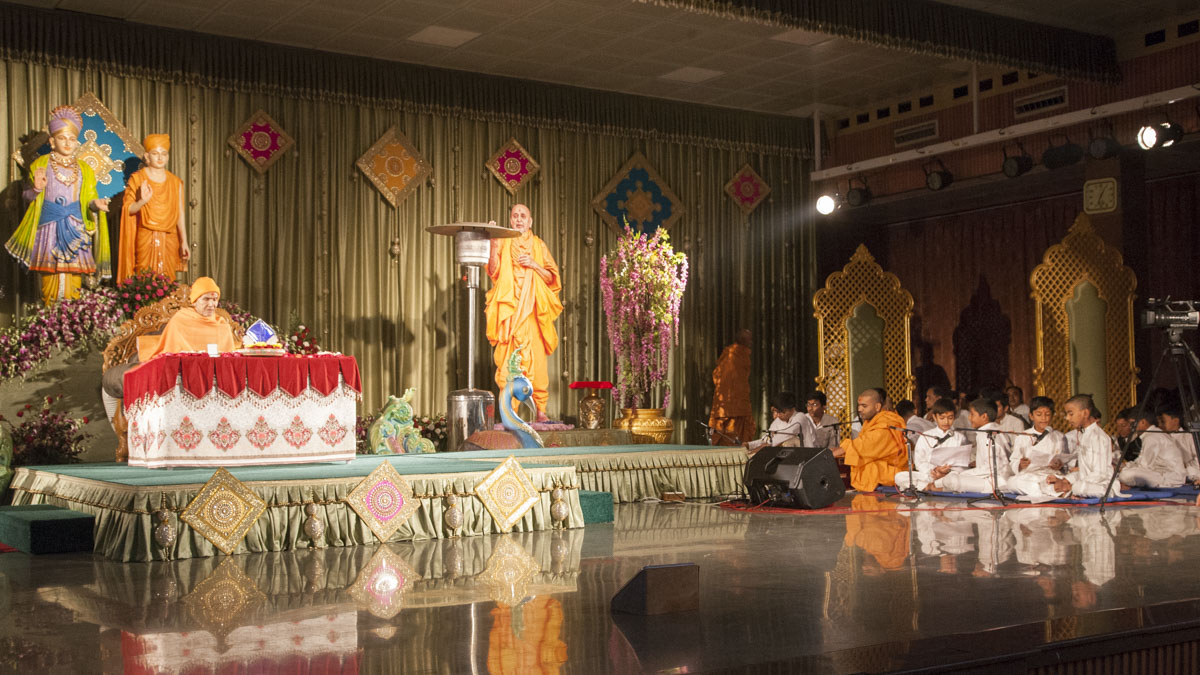 Children sing kirtans in Param Pujya Mahant Swami Maharaj's morning puja, 15 Jan 2017