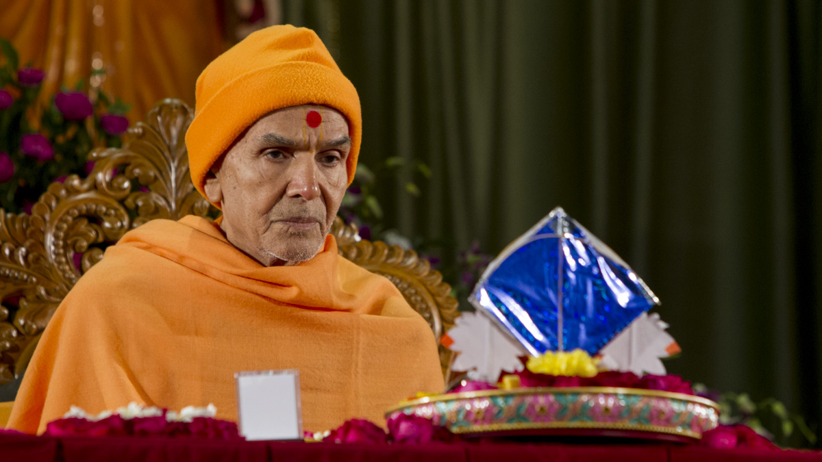 Param Pujya Mahant Swami Maharaj performs his morning puja, 15 Jan 2017