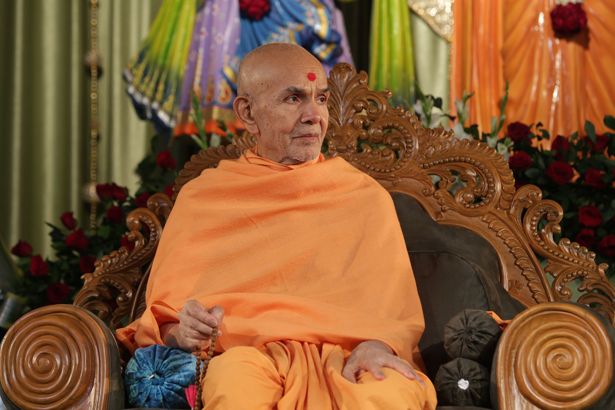 Param Pujya Mahant Swami Maharaj doing a mala during the assembly, 15 Jan 2017