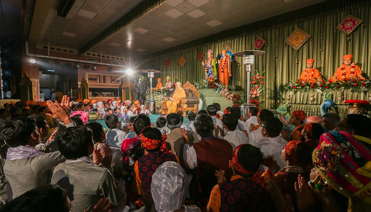 Param Pujya Mahant Swami Maharaj blesses the evening satsang assembly, 15 Jan 2017